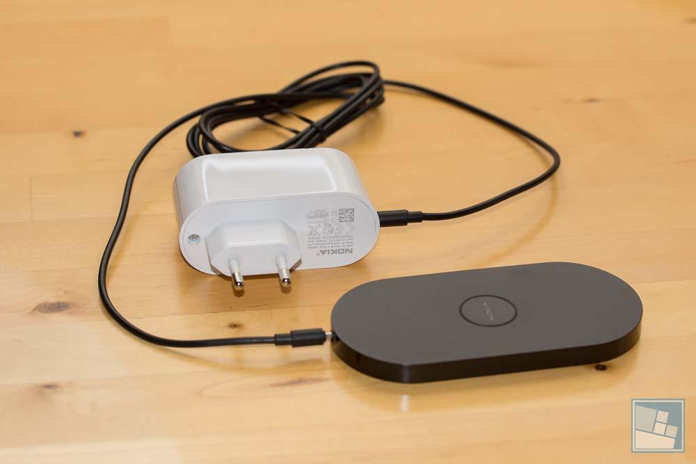 Farblich passende Ladeplatte DT-900 mit Kabel und riesigen Stromstecker