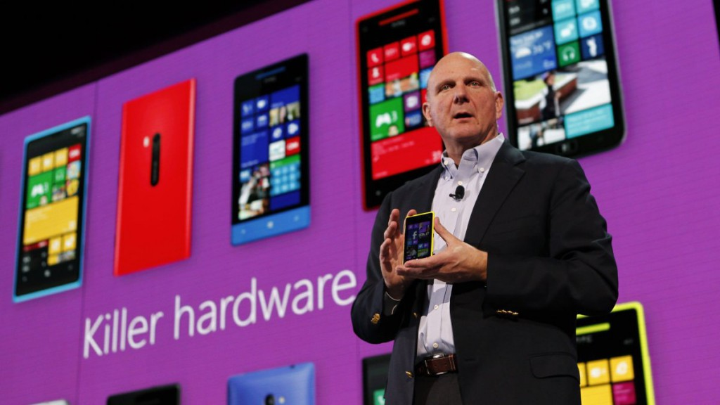 Microsoft Corp CEO Steve Ballmer displays a Nokia Lumia 920 featuring Windows Phone 8 during an event in San Francisco, California October 29, 2012. REUTERS/Robert Galbraith (UNITED STATES - Tags: SCIENCE TECHNOLOGY BUSINESS)
