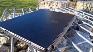 Surface Pro X Rückseite mit Fingerabdruücken