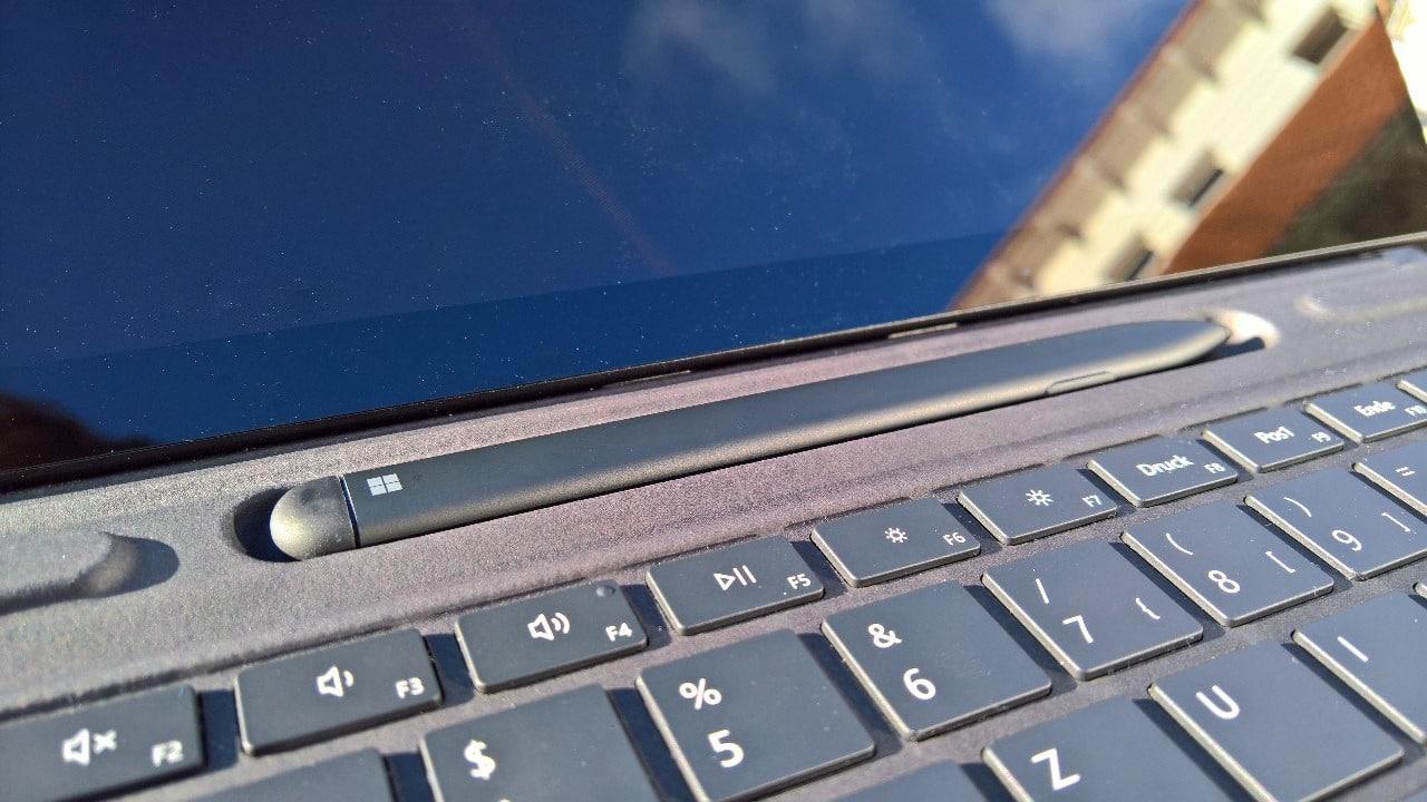 Surface Pro X Stift in Ladeschale